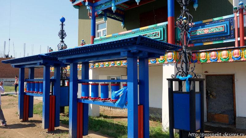 Молитвенные барабаны у храма Зеленой Тары