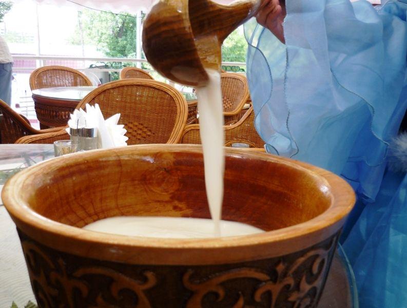 Готовый кумыс (айраг) имеет вид практически обычного коровьего молока