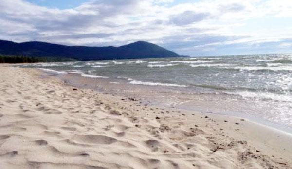 Песчаный пляж в п. Горячинск, Бурятия