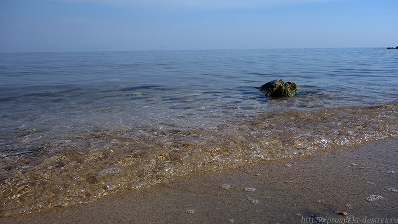 Кристально чистая вода Байкала на пляже бухты Хурай Хэлзын, о. Ольхон