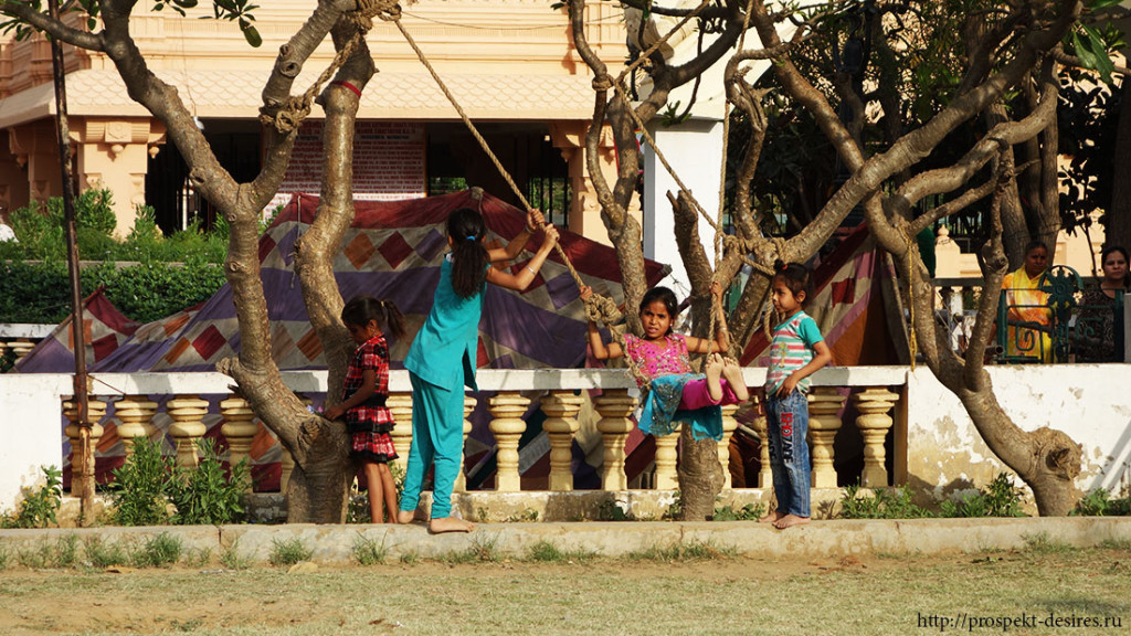 дети на качелях Дели Индия