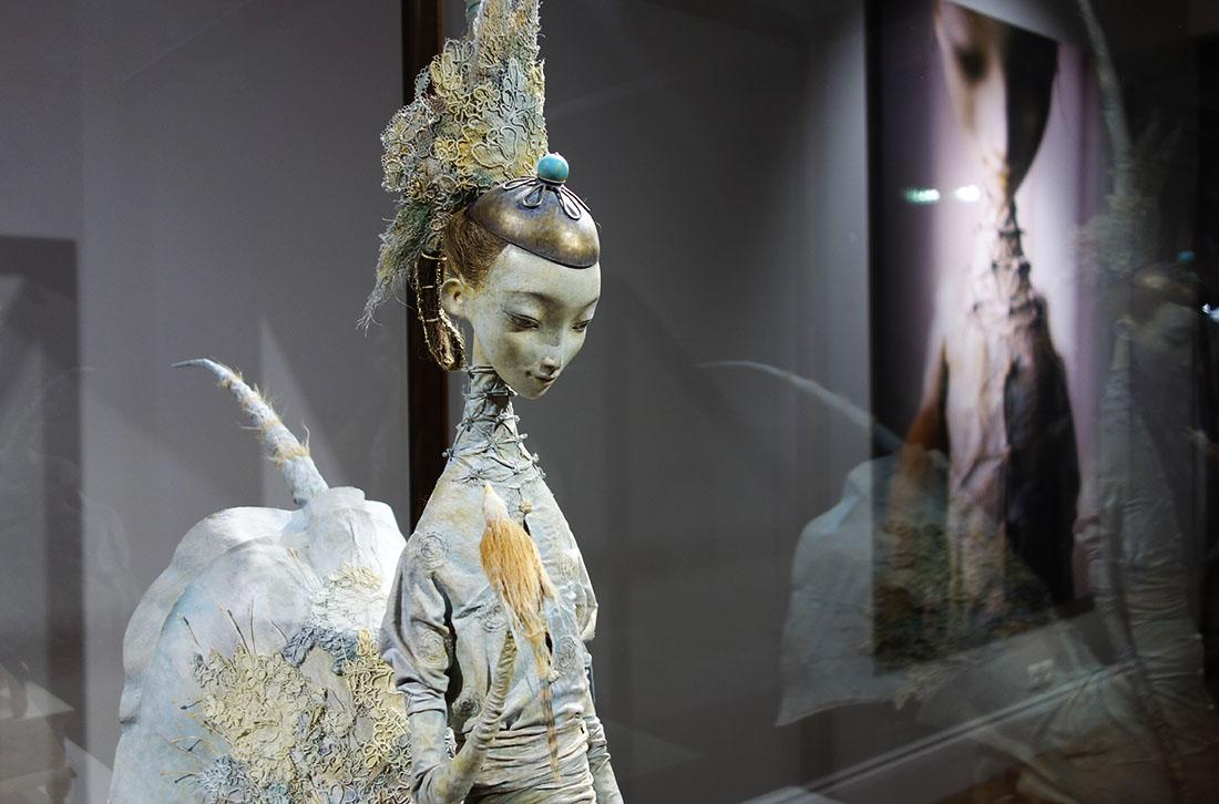 Девушка-лебедь или Хуун-шубуун - прародительница одного из больших бурятских родов — хори. К этому роду принадлежит и сам художник.