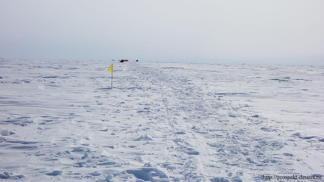 Это не просто красная палатка - среди бесконечных ледяных просторов - это надежда! :-)