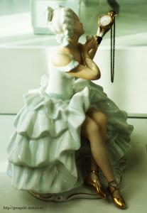Дама с часиками (сделано В.П, Курдяковым. Вместо часиков было зеркальце, оно разбилось, так появились на его месте часики)