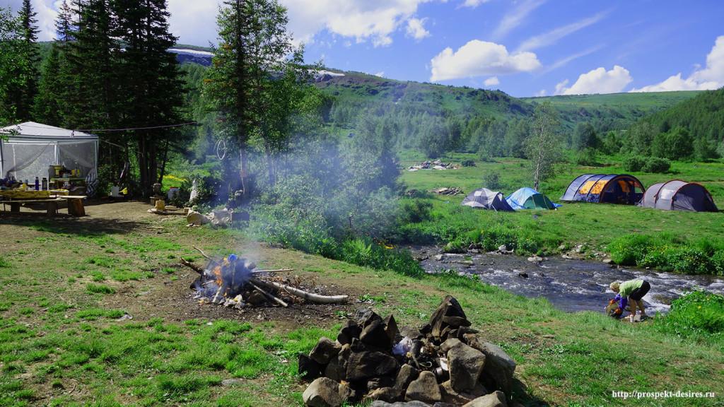 Палаточный лагерь на поляне, где берет начало тропа на Ивановские озера