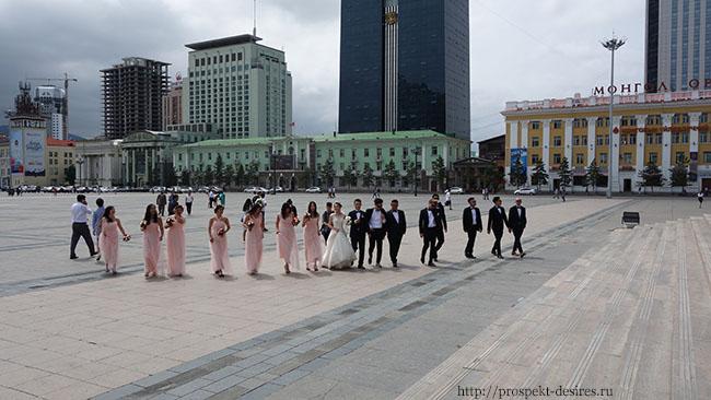 свадьба на площади Сухэ Батора