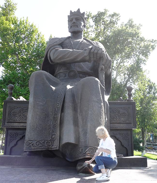 Памятник Тамерлану в центре Самарканда